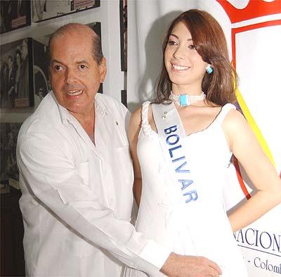 RAIMUNDO ANGULO, presidente del Concurso Nacional de la Belleza, impuso la banda a Laura Victoria. Fotografía Oscar Díaz, El Universal