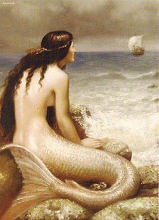sirena mirando los barcos en el mar